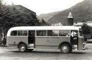 Rutevogn på rutebilenes oppstillingsplass foran den gamle brannstasjonen i Bergen. Fotograf Einar Bakke. Ukjent dato. Fra arkiv etter Laksevåg kommunale rutebilselskap.