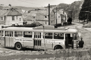Den første trolleybusslinjen var linje 5, og startet i 1950.  Her ved endestoppet på Mulen. Ukjent fotograf  og dato. Fra arkiv etter Morgenavisen.