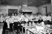 Elever og lærere på kjøkkenet, Bergen Kokk- og Stuertskole.