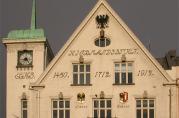 Selve symbolet på Hansaen i Bergen, Det norske Kontors våpen (den kronede tørrfisk og halve Lübecks dobbeltørn), pryder fasaden av Kjøpmannsgården. (Foto: BBA/Åsta Vadset)