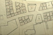 Forslag til tomteinndeling for brannstrøket 1916 hvor tomtestørrelsene er tegnet inn med rød skrift. Utsnitt av kart. Arkivet etter Skjønnskommisjonen for bygningssaker (A-0175, Ea:1).
