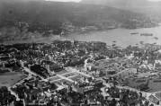 Brannstrøket ca. 1920 med nye gater og forretningsbrakker. Svaneapoteket i Strandgaten er under bygging. Arkivet etter Stadsingeniøren. (A-0193, Ua:5)