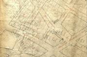 Utsnitt av kart over brannstrøket med inntegnede nye kvartaler, gatenavn og navn på tidligere grunneiere. Arkivet etter Tomtefordelingskomiteen (A-0661, A-E).