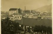 Forretningsbarakker på Torgamenningen ca. 1920. I bakgrunnen ser vi Svaneapoteket under oppførelse. Fotograf ukjent. Arkivet etter Reguleringsvesenet (A-0967/T-0129)