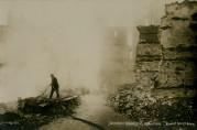 Rykende ruiner i Strandgaten etter brannen 15. – 16. januar. Foto: Mittet & Co. Arkivet etter Bergen Formannskap (A-0003, V).